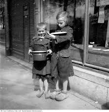 Kinderen op klompjes in hongerwinter